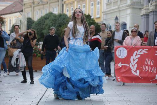 Az újságpapír csodaszép viselet – Nagy sikert aratott a belvárosi öko-divatbemutató